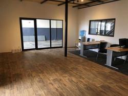 Instalación piso de vinil en rollo en oficina de nave industrial⚠️🔨 Disponible en varios colores 🎨