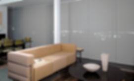 Paneles deslizantes en sala apartamento