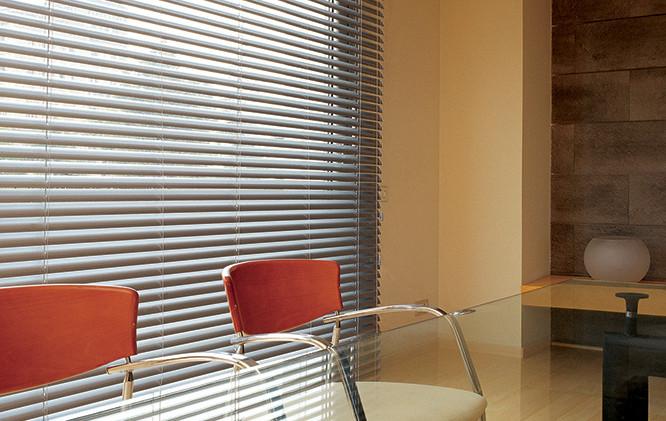 Cortinas de aluminio en sala de reuniones