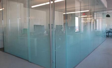Laminado decorativo 3M Fasara frost en division de oficina
