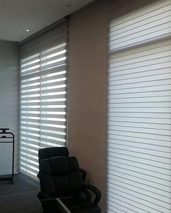 Instalación de cortinas neolux zebras en oficinas