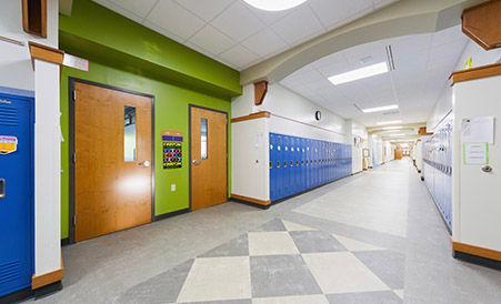 Piso de vinil Patcraft en pasillos escolares