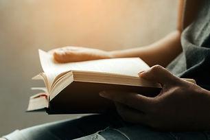 homem-sentado-e-lendo-a-biblia-sagrada_3