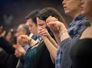 web-congregation-holding-hands-praying-j