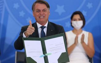 Bolsonaro autoriza R$ 20 bi para vacinação contra covid-19 no País
