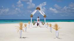 白砂のビーチに南国らしい雰囲気がプラスされるビーチウエディング