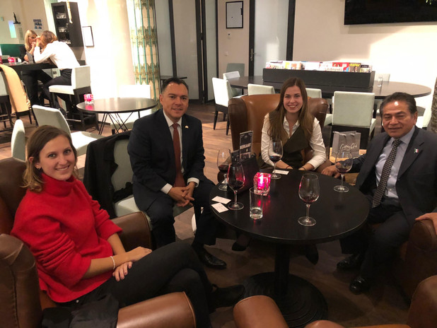 Rolinde Roijers and Stefi Gubbels of Frank Creations in discussion with staff of the embassy of Mexico in The Hague about bilateral relations in Nieuwspoort International Press Center