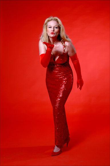 Gabrielle im rote Paillettenkleid