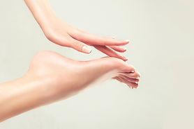 Die Massage über die Reflexzonen der Füße aktiviert Ihren Organismus und regt den Stoffwechsel sowie die Durchblutung an. Die Muskulatur wird gelockert und fördert somit allgemeine körperliche Entspannung und Harmonisierung.