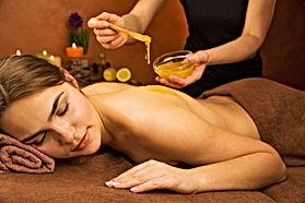 Honigmassage, warmer Honig wird entlang der Wirbelsäule aufgetragen und kraftvoll in den Rücken einmasiert.