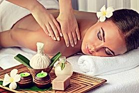 Verwöhnende Entspannungsmassage / Feuchtigkeitsversorgung mit wertvollem Avocado- oder Kokosnussöl.