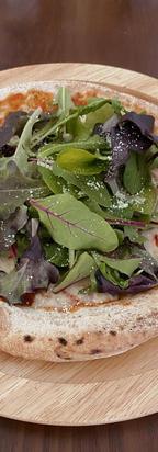 生ハムとリーフサラダのピザ