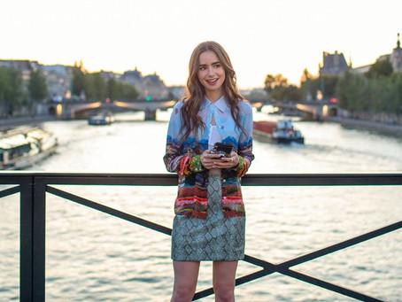 """El creador de """"Emily in Paris"""" dice que Emily asimilará más la cultura francesa"""