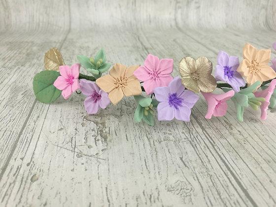 Tocado de flores de porcelana pastel mediano