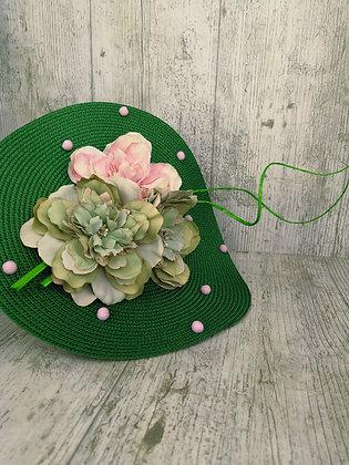 Disco verde con flores a juego y rosas