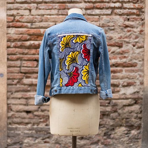 Veste vintage en jean customisée tissus wax africain hibiscus