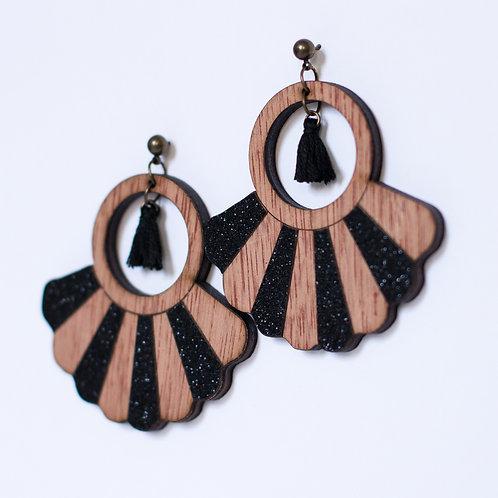 boucles d'oreilles en bois et paillettes noires avec pompon