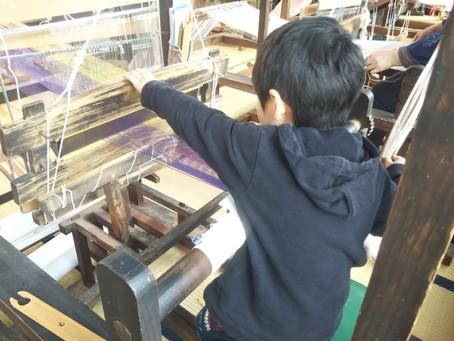 麻布織の家で機織り体験