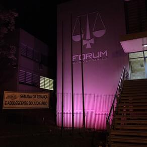 Em comemoração à Semana da Criança e do Adolescente no Judiciário, Fórum de PG fica iluminado