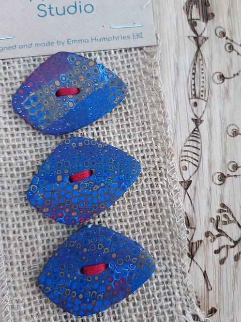 3 pebble buttons Approx 40 mm long