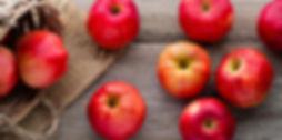 pommes_rouges_fond_bois_panier_1.jpg