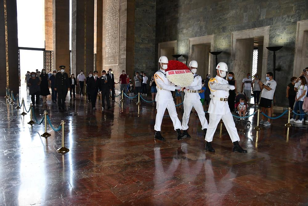 """Başkent'te yaşayan Balıkesirliler her 6 Eylül'de olduğu gibi dün yine Anıtkabir'deydi    ANKARA Balıkesirliler Derneği'nin her 6 Eylül'de gelenek haline getirdiği Anıtkabir ziyareti bu 6 Eylül'de de devam etti. Servet Camgöz Başkanlığı'ndaki dernek yöneticileri ve üyeleri, 6 Eylül Balıkesir'in düşman işgalinden kurtuluş gününde Anıtkabir'de Atatürk'ün huzurundaydı.  Dernek Başkanı Servet Camgöz, Anıtkabir ziyaretiyle ilgili şu bilgileri verdi: """"Ankara'da Balıkesirliler'in tek mekanı, güçlü sesi Ankara Balıkesirliler Derneği olarak her yıl 6 Eylüllerde yaptığımız gibi Balıkesir'i temsilen bu kurtuluşu sağlayan Ulu Atamıza ve silah arkadaşlarına şükranlarımızı resmi törenle sunduk, çelengimizi bıraktık. Korona tedbirleri kapsamında azami dikkat ve az sayıda katılımla gerçekleşti. 6 Eylül bu yıl Pazar gününe denk gelmesi ve Pazar günü tören yapılmaması nedeniyle bu yıla özgü 5 Eylül Cumartesi günü gerçekleştirdik. Çelengimizi sunduk, saygı duruşunda bulunduk, Şeref defterine duygularımızı yazdık. Tüm Balıkesirimiz adına şükranlarımızı sunduk. Ruhun şad olsun ATAM. Kurtuluşunun 98. yılı kutlu olsun güzel Balıkesirimiz."""""""