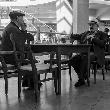 Mannen aan een tafel