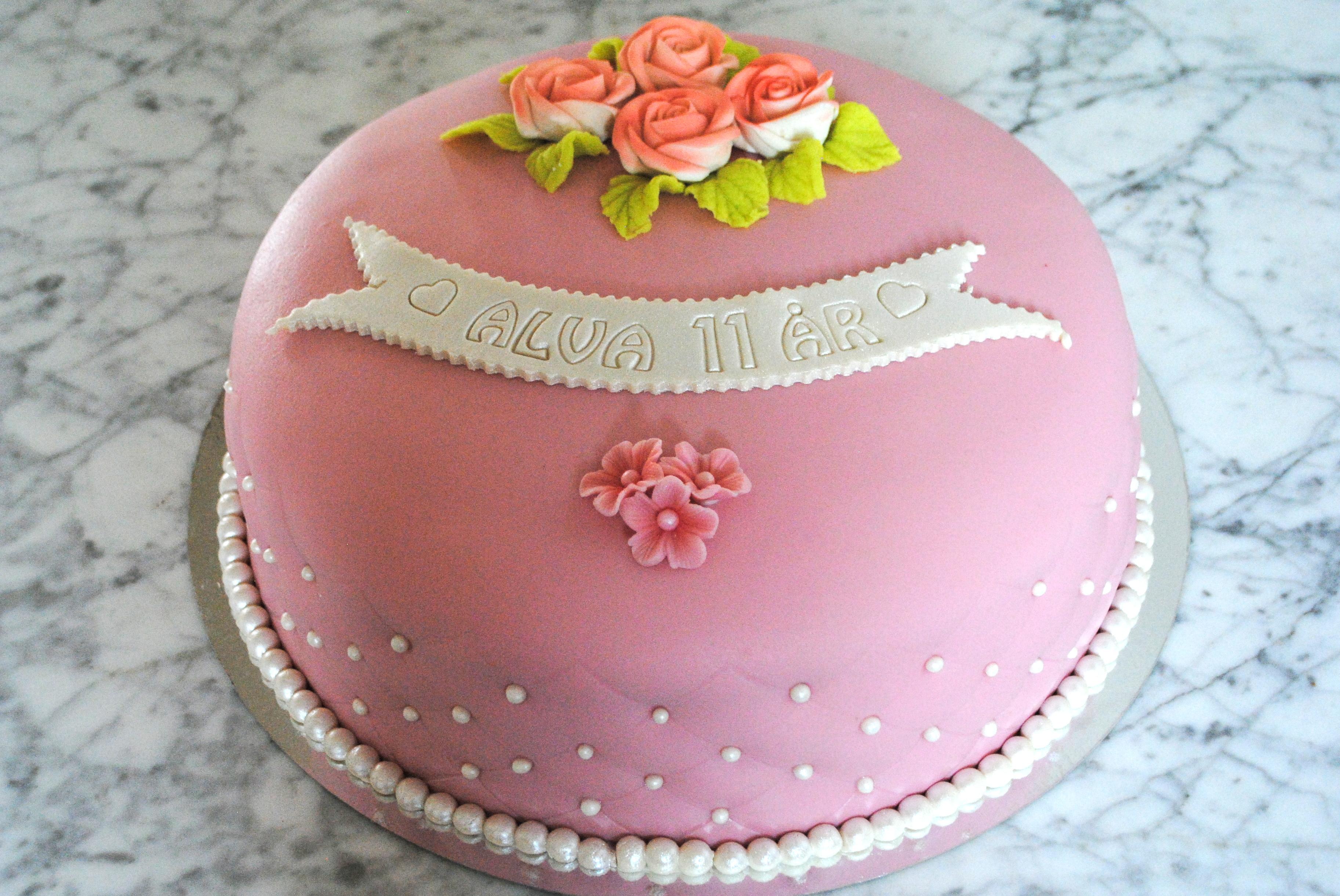 Rosa tårta med rutnät och pärlor