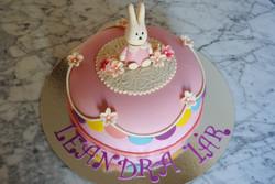 Rosa tårta med kanin och vimplar
