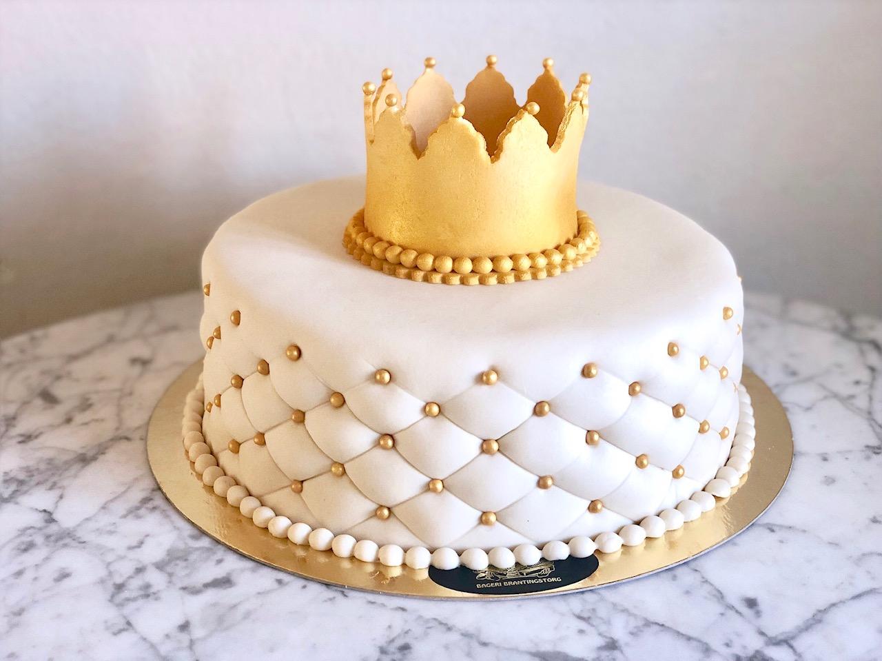 Vit tårta + gulddetaljer + guldkrona