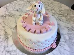 Rosa/vit tårta med kanin & kuber.