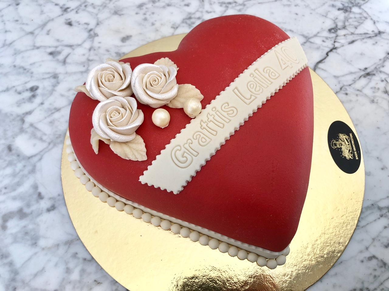 Rött hjärtformad tårta