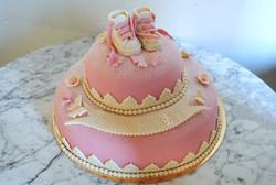 Rosa tvåvåningstårta med skor