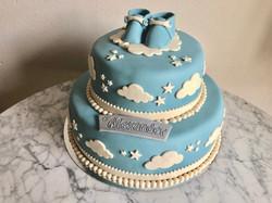Blå tvåvåningstårta med skor & moln