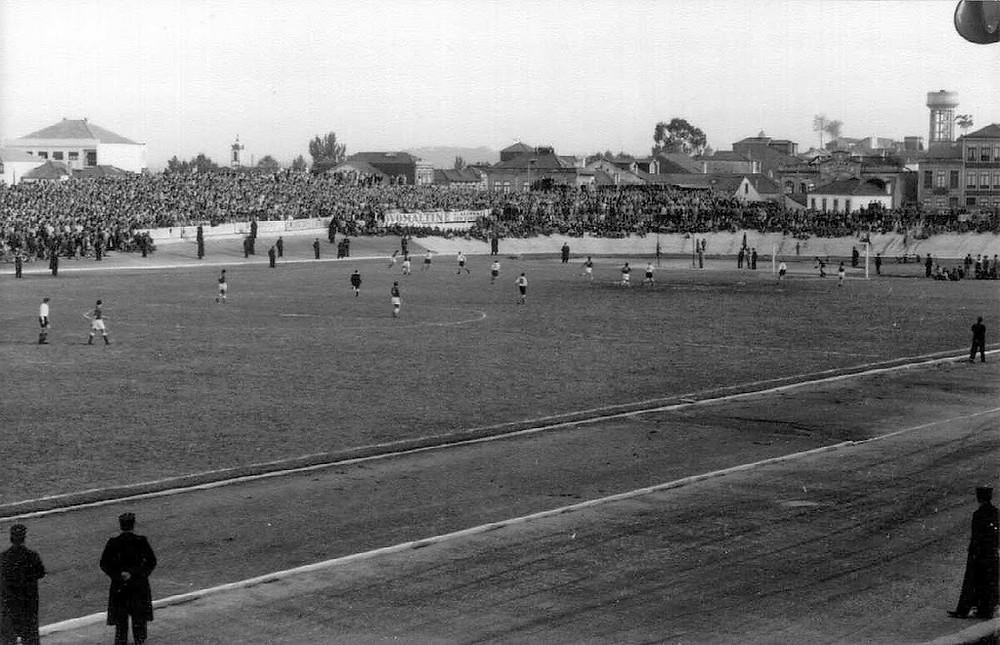 Fotografia a preto e branco dos jogadores de futebol no Estádio do Lima
