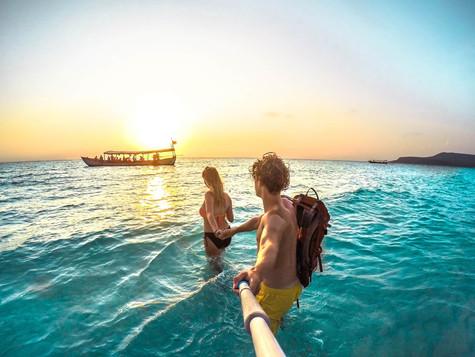 cambodia-island-kohrong-sunset-couple.jp