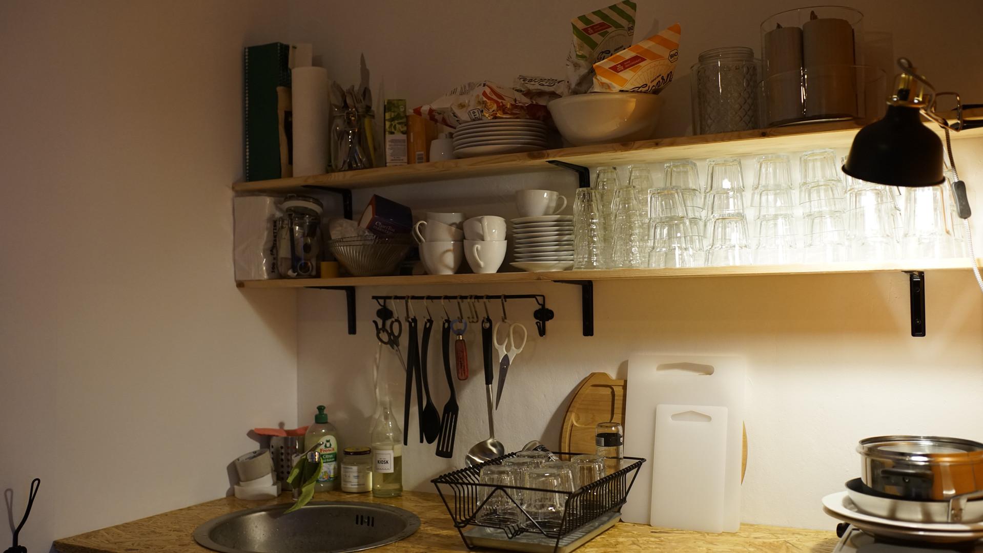 Kleine Küche mit Wasseranschluss und Kühlschrank