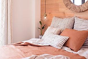 Noogar, decoración de dormitorio en Pueblo Majorero, Caleta de Fuste, Fuerteventura