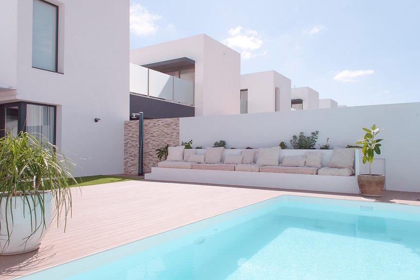 Interiorista en Fuerteventura. Jardín con piscina diseñado y decorado por Noogar en Villaverde. Estilo ibicenco.
