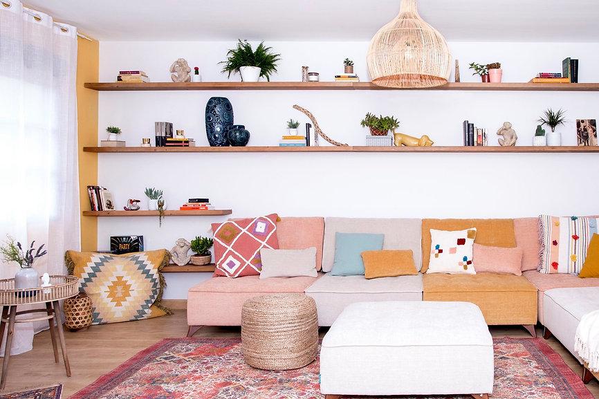 Salón de estilo boho chic, con un toque industrial. Proyecto de decoración del hogar en Fuerteventura, por el interiorista Noogar.
