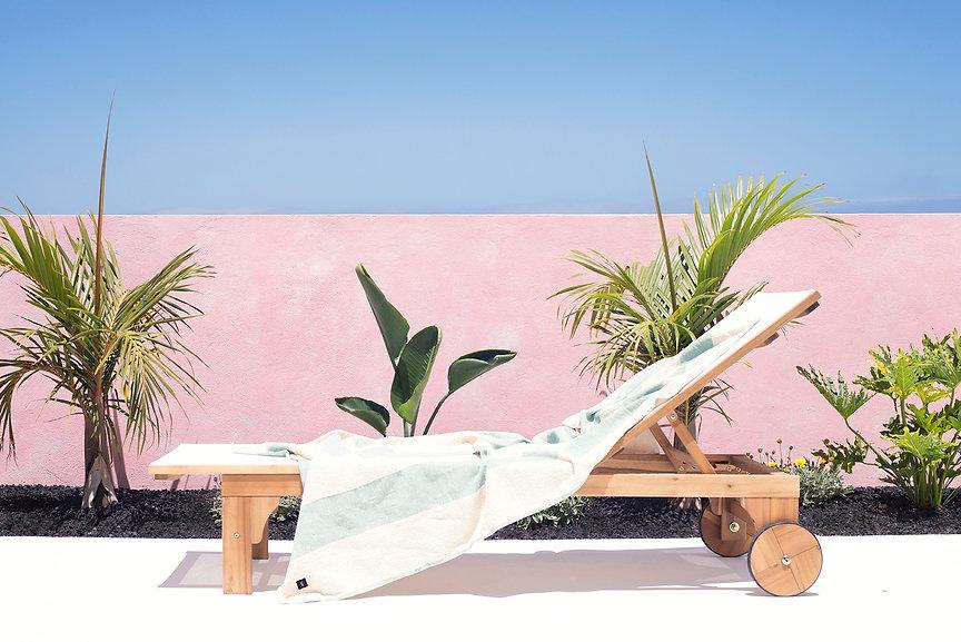 Terraza con jacuzzi y zona chill out en Playa Blanca, Puerto del Rosario, Fuerteventura. Diseño y decoración de exterior por Noogar.
