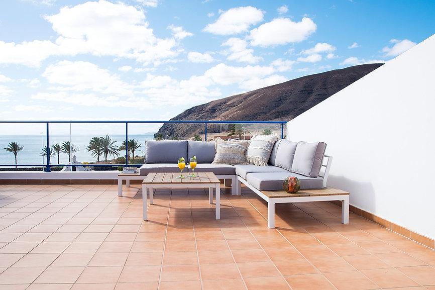 Terraza en Gran Tarajal, Fuerteventura. Amueblamiento y decoración de una vivienda por Noogar.