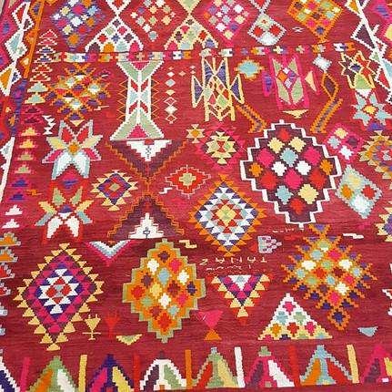 Sublime tapis kilim berbère Tunisien vin