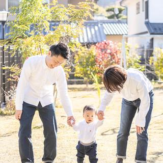 お庭で家族写真