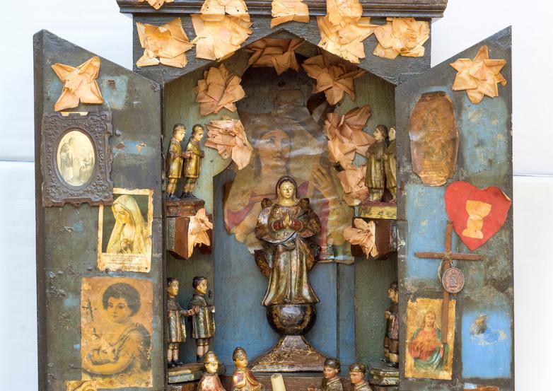 Oratório rústico de salão em madeira recortada e pintada_Século XIX Norte de Minas Gerais_