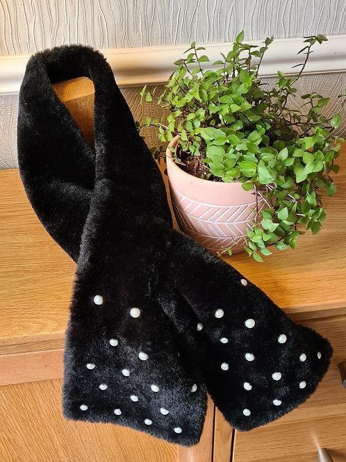 Fake fur black scarf with pearls
