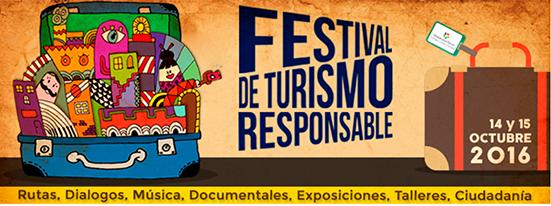 Letrero del Festival de Turismo responsable de Barcelona. ilustración de dos maletas, una cerrada y otra azul abierta con diferentes elementos dentro de ella.