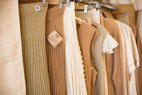 Prendas de vestir de algodón orgánico de Santi Mallorquí de Organic Cotton Colours. Faldas tejidas, tops, camisetas sin manga y pantalones de color beige, blanco, marrón.