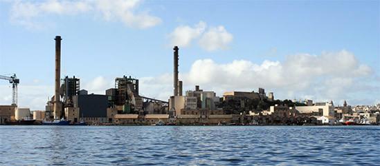 Fàbricas en un puerto. Industria cerca del mar que tienen que implementar la ISO 14001