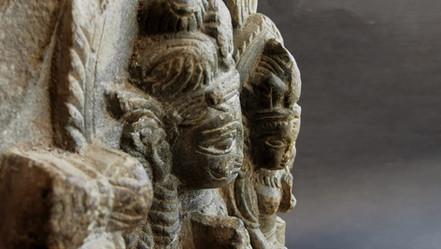 Shiva et Parvati  Stèle sculptée en roche volcanique,  Inde, XIVème siècle  650 €